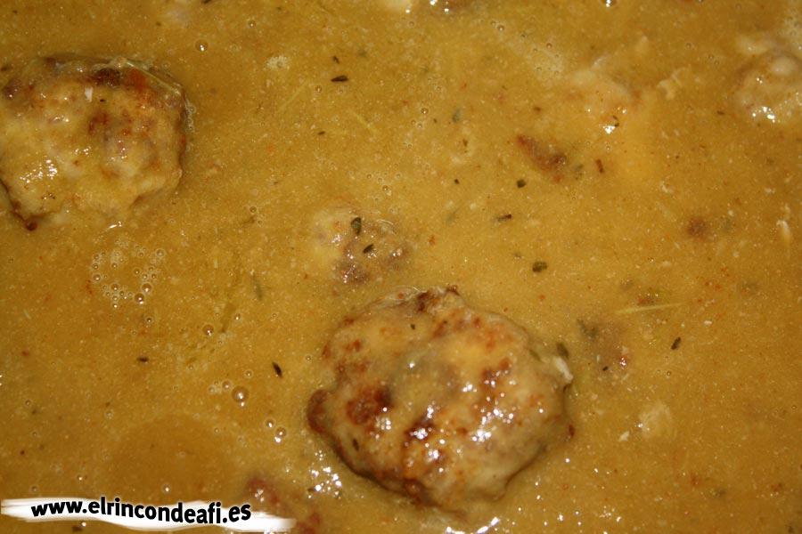 Albóndigas con arroz, añadir a las albóndigas la salsa