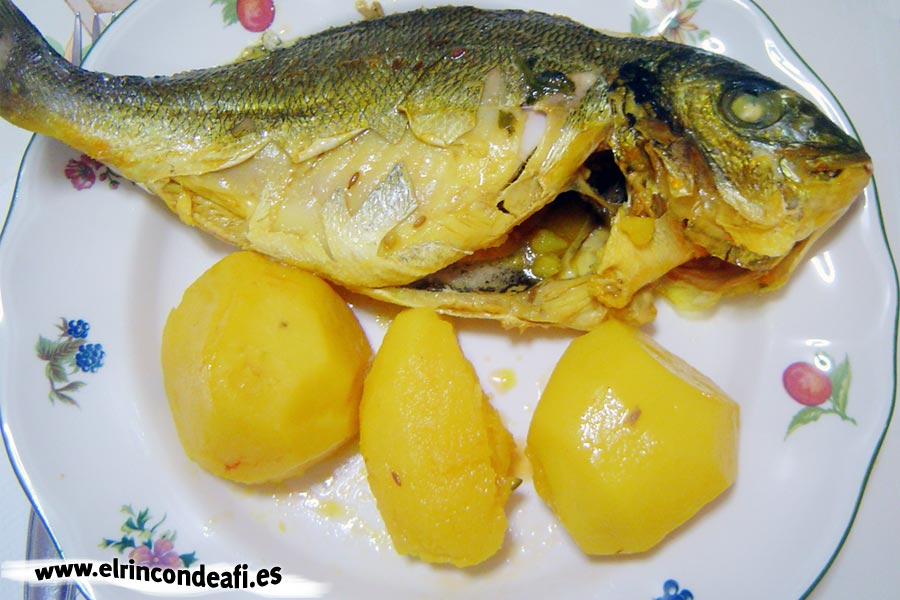 Pescado hervido para hacer caldo