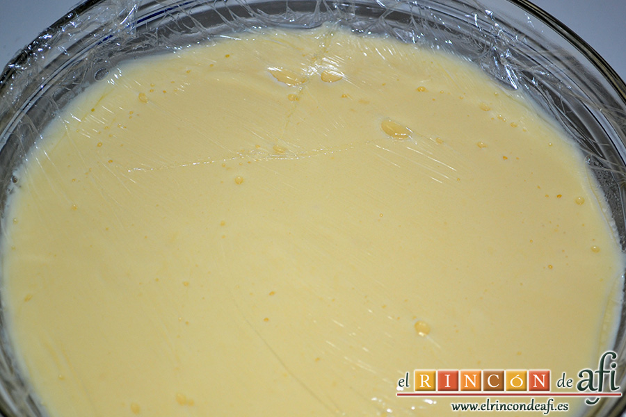 Crema pastelera, volcar en bol y cubrir con film transparente y dejar enfriar