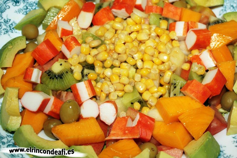 Ensalada de frutas y palitos de cangrejo