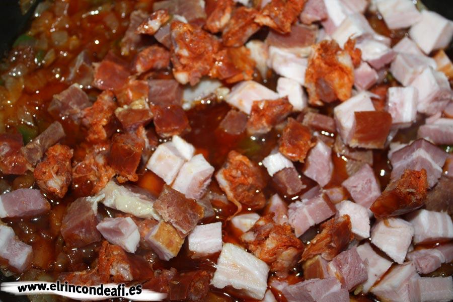 Lentejas compuestas, añadir el bacon y el chorizo