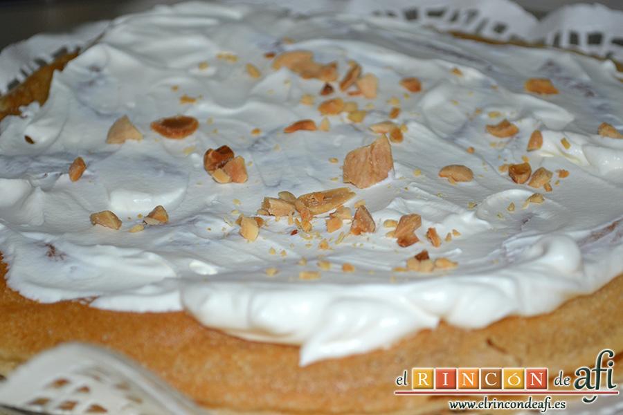 Pastela, cubrirla con nata y almendras