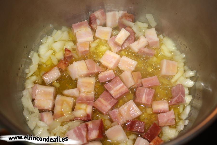 Potaje de arvejas, pochar la cebolla y añadir el bacon