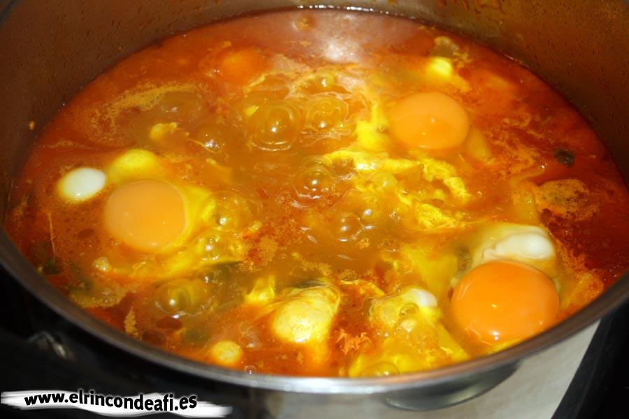 Caldo de papas, escalfar los huevos