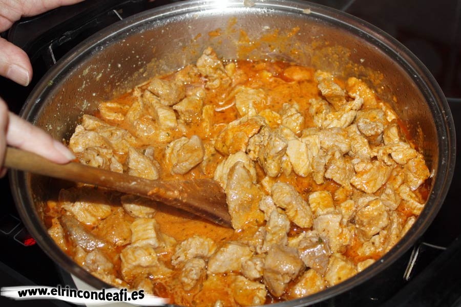 Tacos de cerdo en adobo. Dejar cocinar.