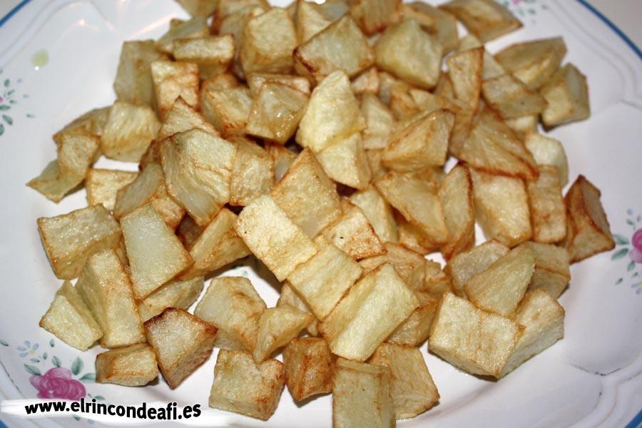 Menestra de verduras, freír las papas en cuadritos