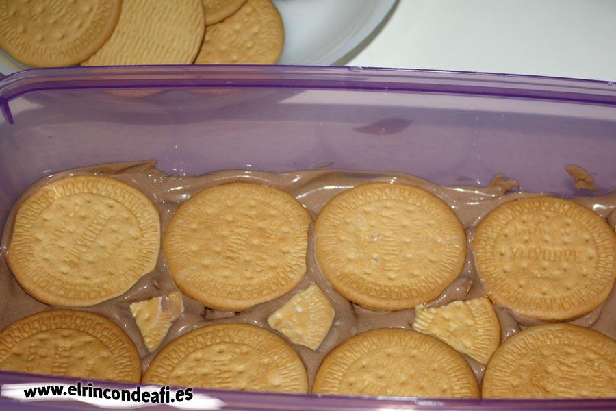 Tarta de chocolate y galletas, primera capa de galletas