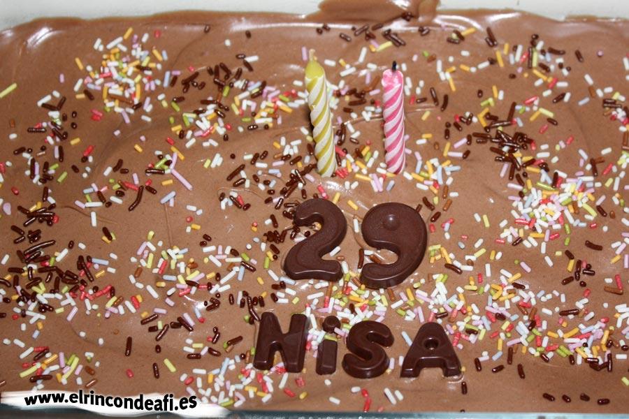 Tarta de chocolate con galletas y nata, presentación