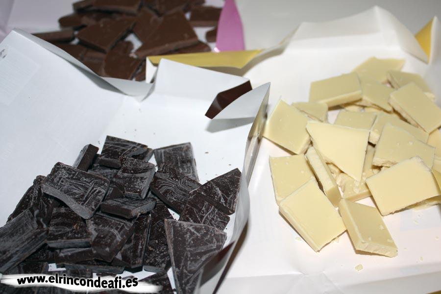 Tarta de tres chocolates, trocear los chocolates