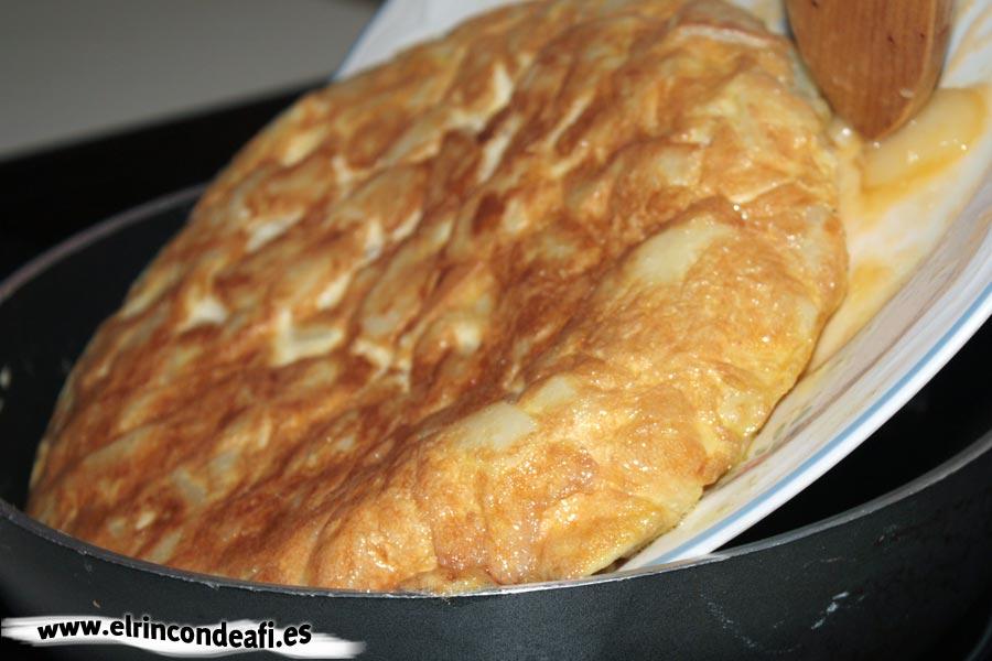 Tortilla rellena, darle la vuelta a la tortilla