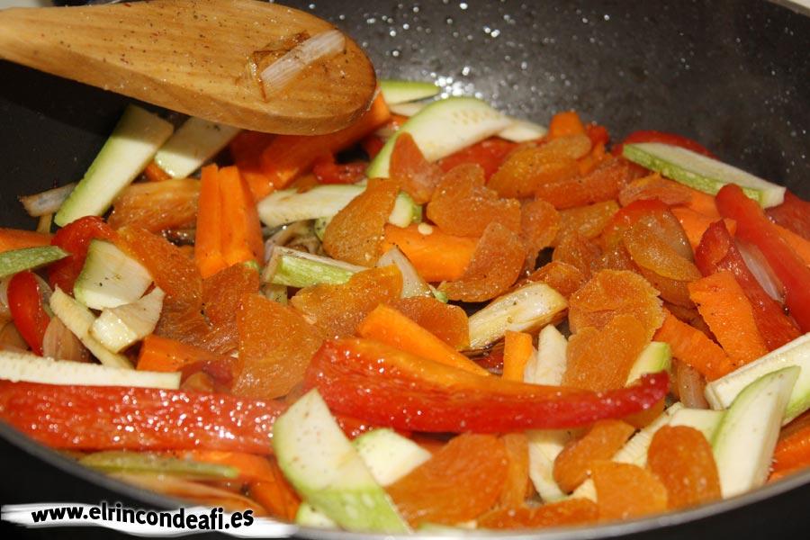 Cuscús de verduras con pollo, pochar la verdura