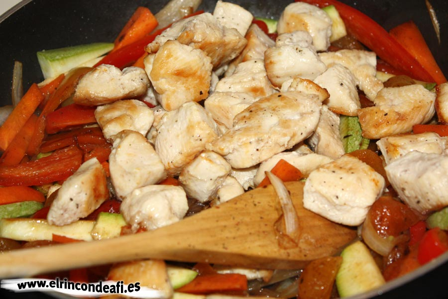 Cuscús de verduras con pollo, incorporar ingredientes