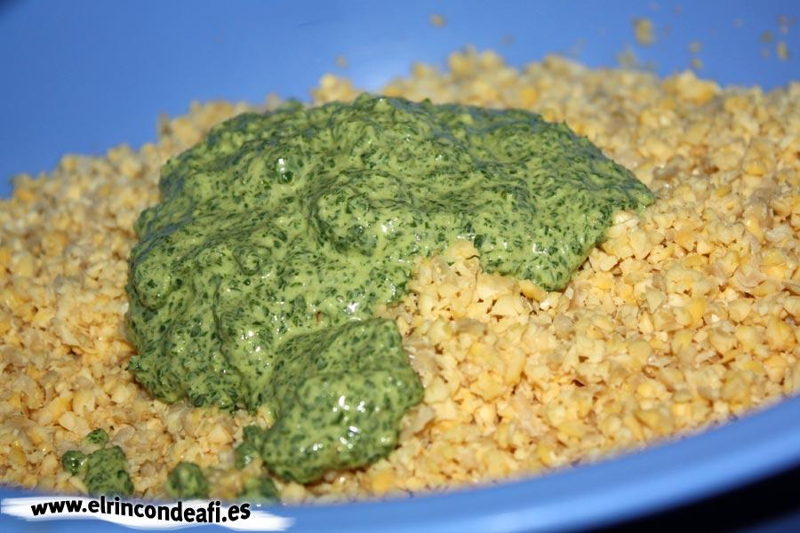 Falafel, mezclar los garbanzos con la pasta