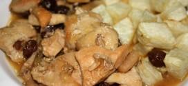 Pollo estofado con pasas y almendras