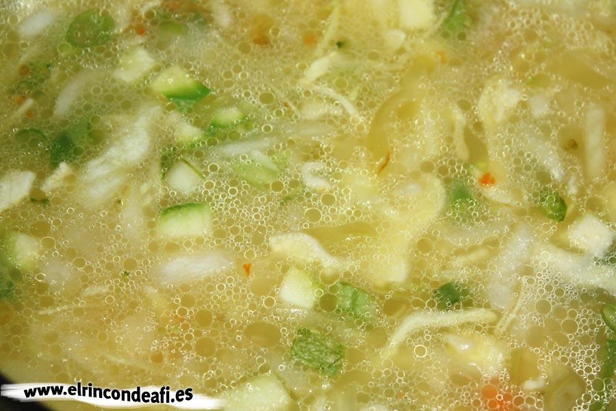 Sopa minestrone, añadir el caldo