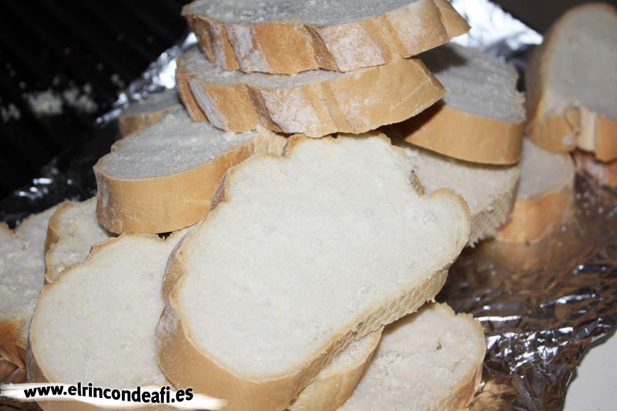 Torrijas, pan cortado en rebanadas