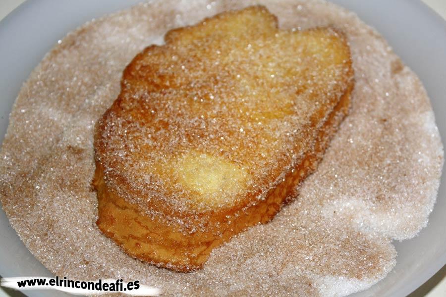 Torrijas, pasarlas por el azúcar con canela