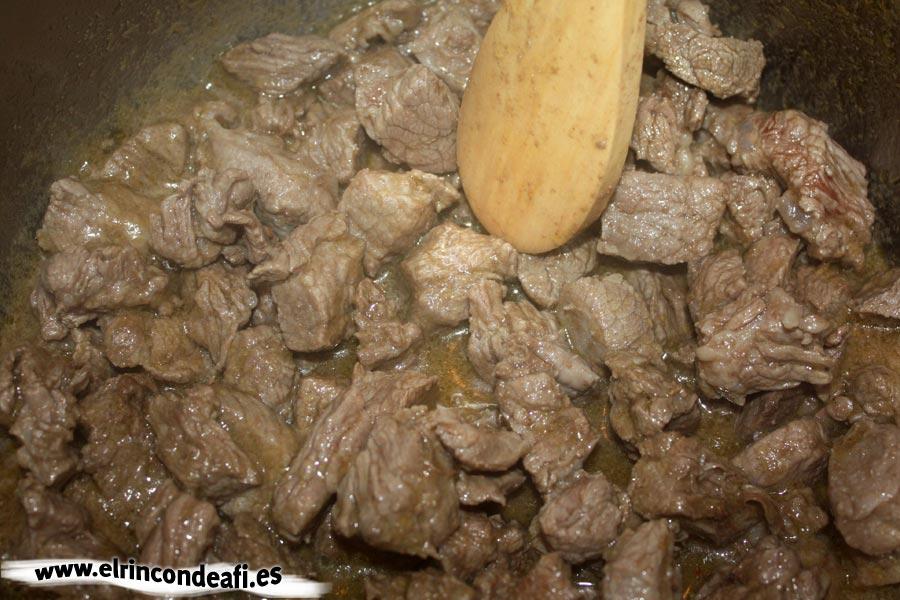 Guiso de ternera con champiñones y nata, guisar la carne