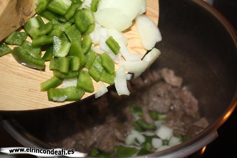 Guiso de ternera con champiñones y nata, guisar la carne, añadir las verduras