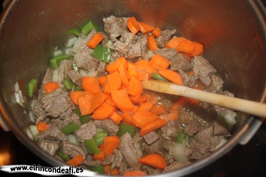 Guiso de ternera con champiñones y nata, añadir la zanahoria