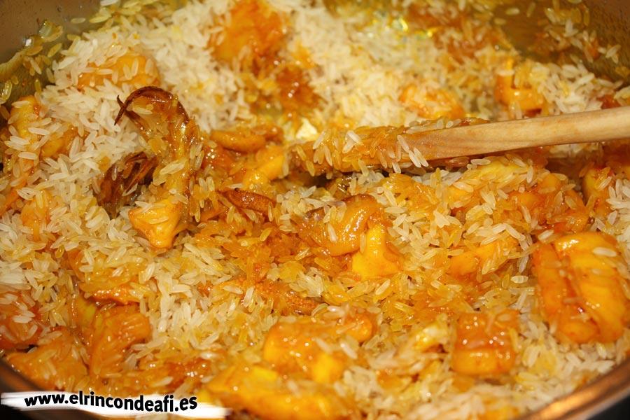 Paella de marisco, rehogar con el arroz