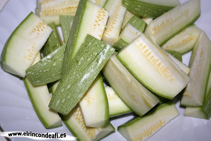 Ternera encebollada con verduras, calabacinos cortados