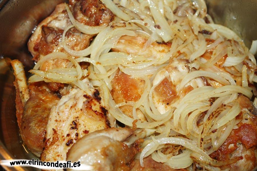 Pollo con rabo de buey, poner la cebolla pochada sobre el pollo
