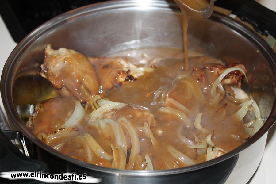 Pollo con rabo de buey, verter el rabo de buey sobre el pollo con cebolla