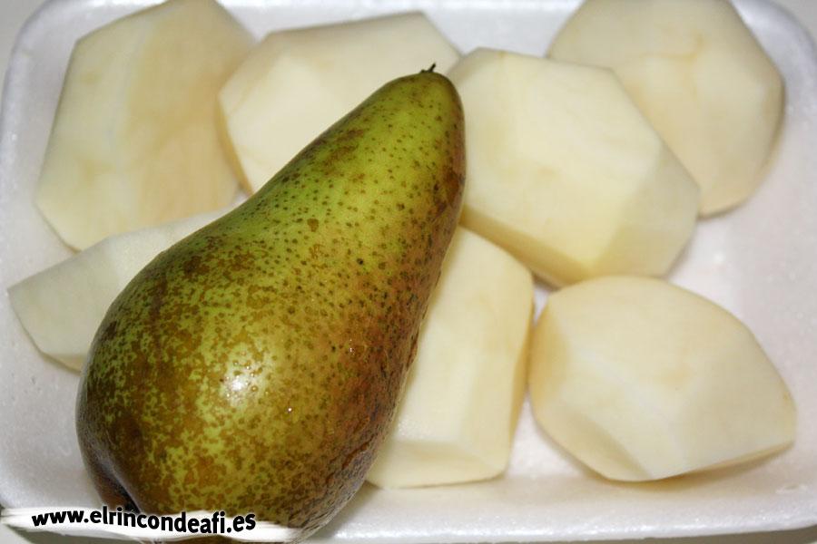 Puchero canario, añadir las papas y las peras enteras