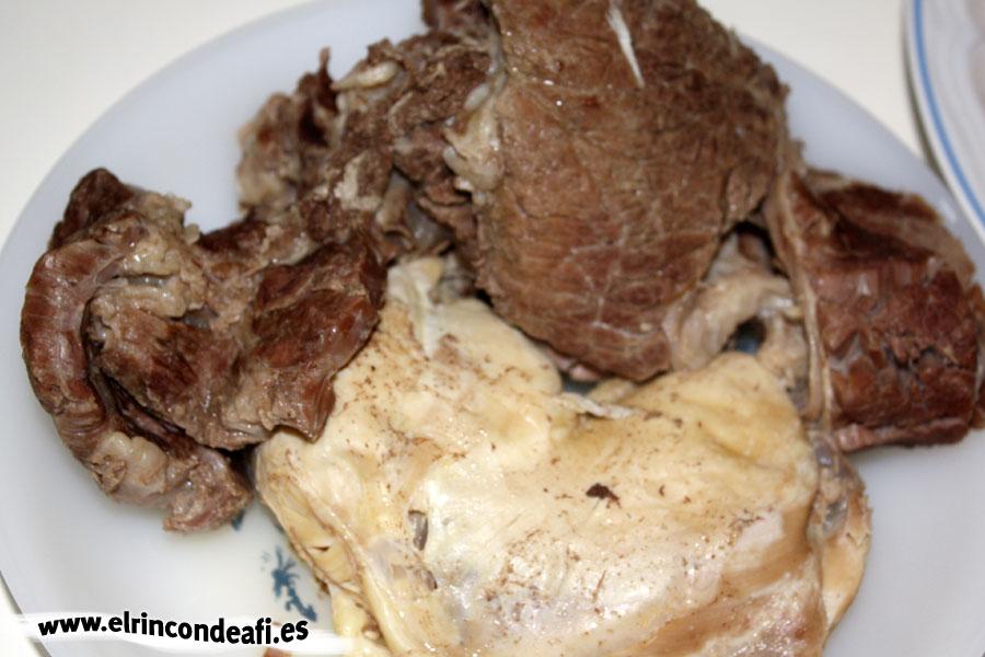 Puchero canario, reservar las carnes ya cocidas