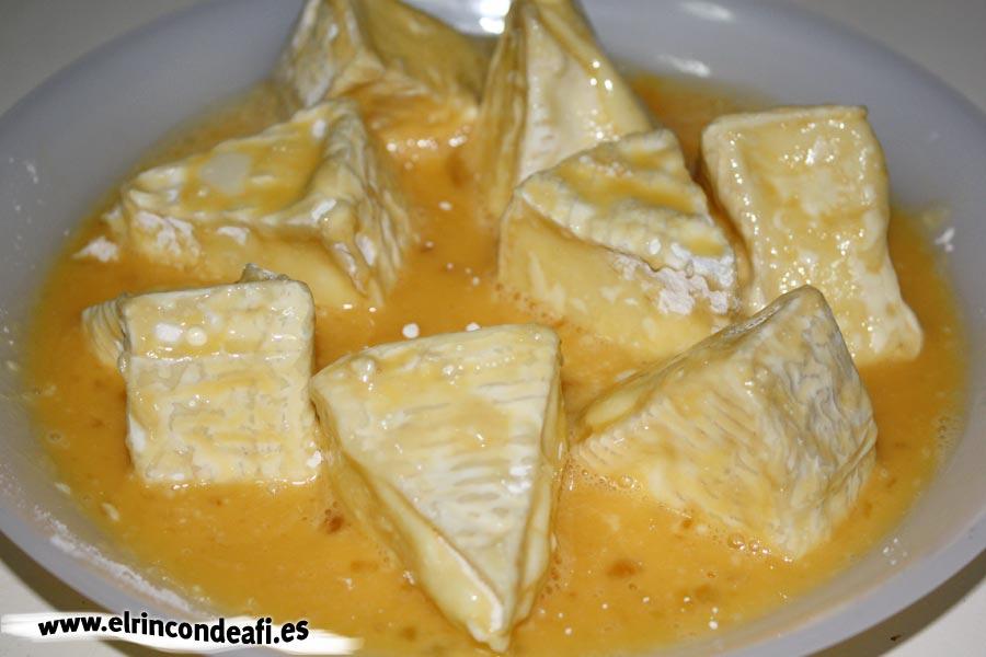 Queso frito, pasar el queso por huevo batido