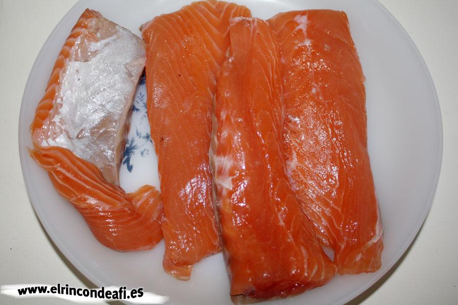 Salmón a la plancha con ajos y pimientos, preparar el salmón