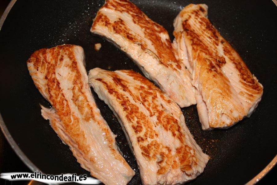 Salmón a la plancha con ajos y pimientos, cocinar el salmón a la plancha