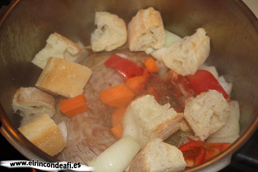 Vena en salsa, añadir los trozos de pan