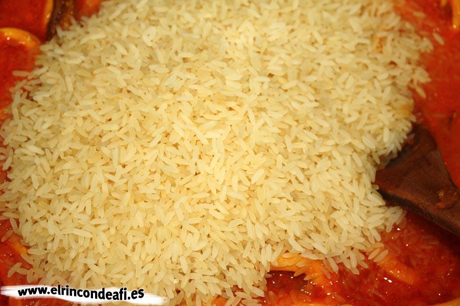 Arroz con calamares, añadir el arroz