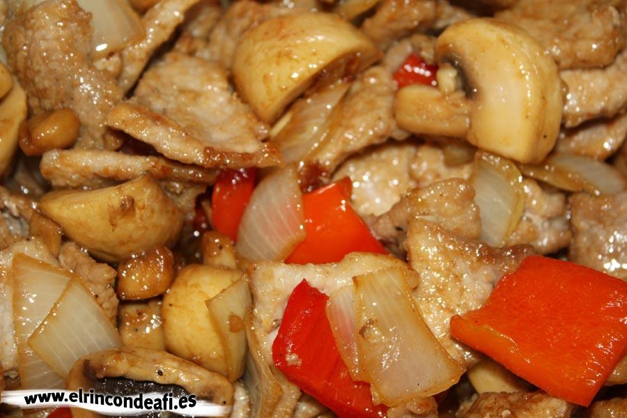 Cerdo con champiñones y salsa teriyaki, añadir los champiñones