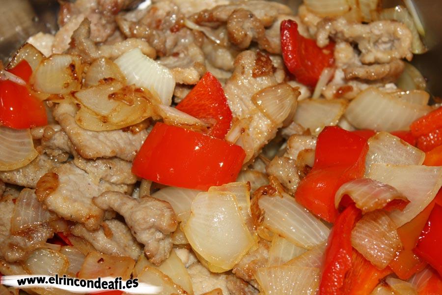 Cerdo con champiñones y salsa teriyaki, echar la verdura sobre el cerdo
