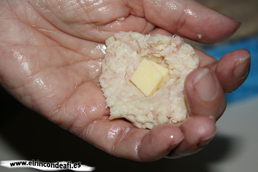 Croquetas de pollo y pavo, meter un trozo de queso dentro
