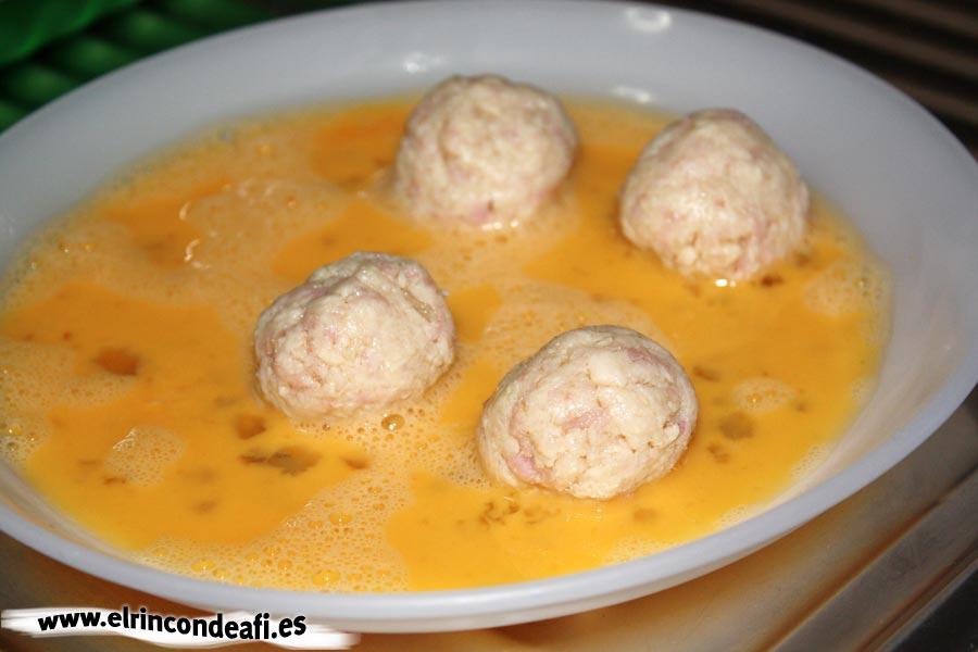 Croquetas de pollo y pavo, pasar las croquetas por huevo