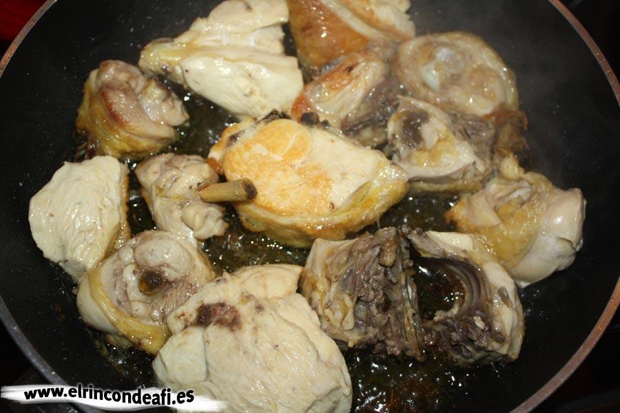 Pollo en pepitoria, freír el pollo