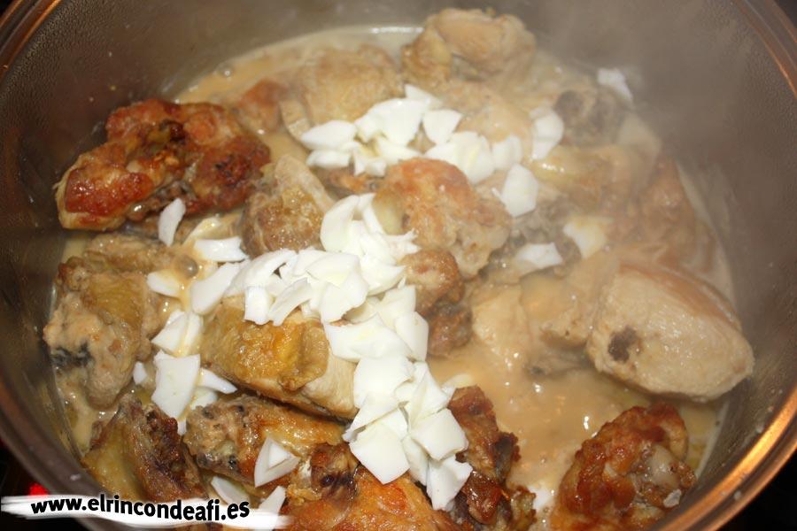 Pollo en pepitoria, añadir el huevo picado