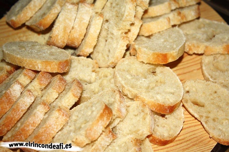 Sopa de ajo, cortar en rodajas pan del día anterior