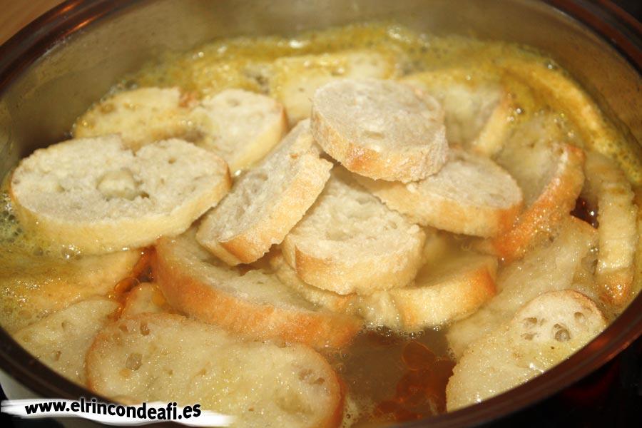 Sopa de ajo, añadir el pan