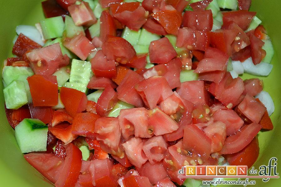 Ensalada murciana, picar el pepino y el tomate