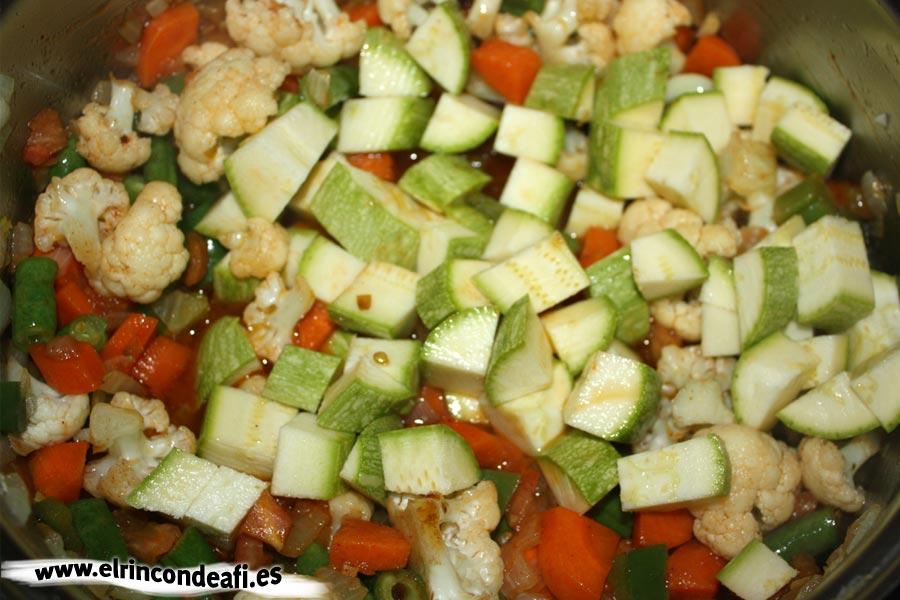Fideuá de verduras, añadir el calabacino