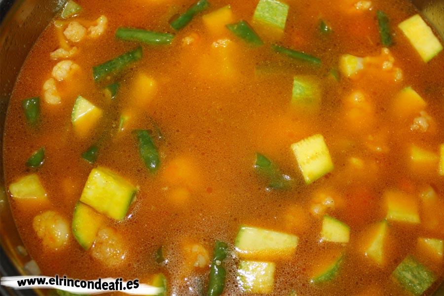 Fideuá de verduras, añadir el caldo