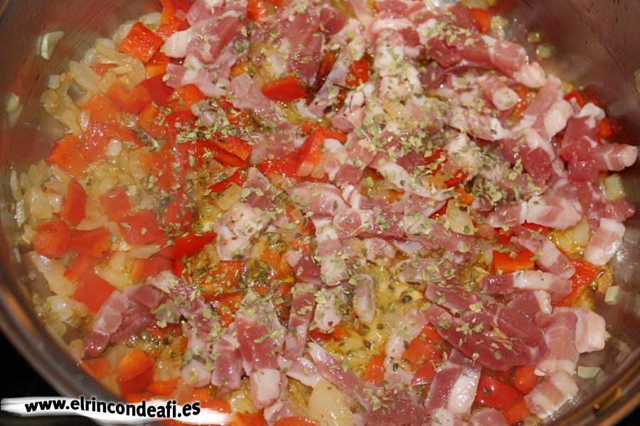 Macarrones matriciana, añadir el pimiento y el bacon con orégano