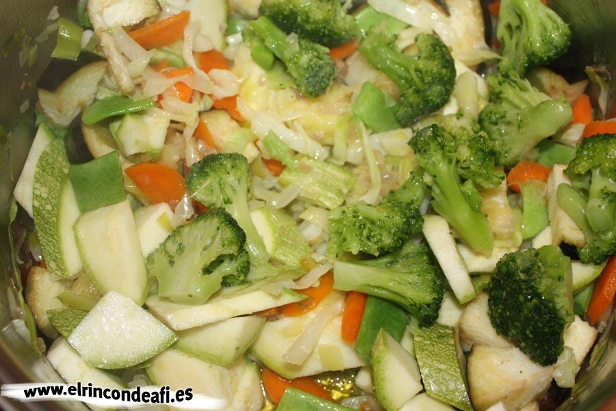 Arroz con verduras, añadir las verduras restantes