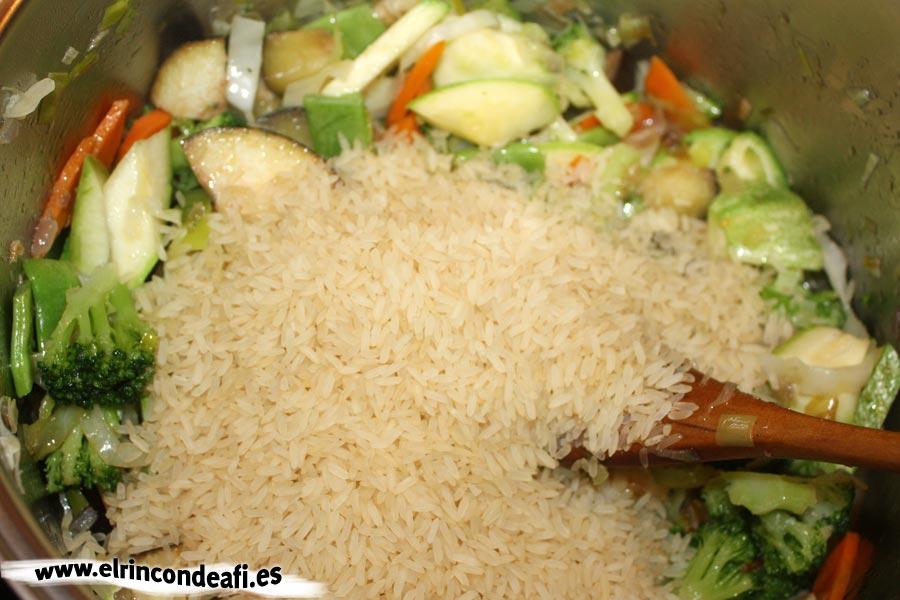 Arroz con verduras, añadir el arroz