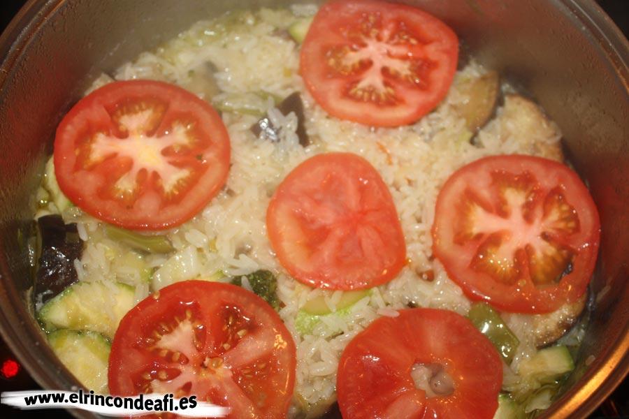 Arroz con verduras, añadir el tomate en rodajas